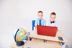Studie over computer twee jongens op school stock fotografie
