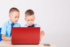 Studie over computer twee jongens op school royalty-vrije stock afbeeldingen