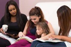 Studie van de dames de Godsdienstige Bijbel stock afbeelding