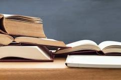 Studieböcker som öppnas på tabellen Arkivbild