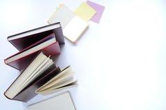 Studiemateriaal schaar en potloden op de achtergrond van kraftpapier-document kantoorbehoeften Aspecten van onderwijs stock foto's