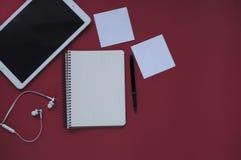 Studiemateriaal schaar en potloden op de achtergrond van kraftpapier-document kantoorbehoeften Aspecten van onderwijs royalty-vrije stock afbeelding