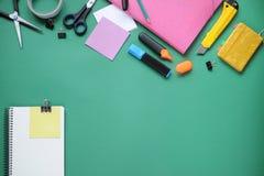 Studiemateriaal schaar en potloden op de achtergrond van kraftpapier-document kantoorbehoeften Aspecten van onderwijs Potlood, do royalty-vrije stock foto