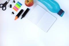 Studiemateriaal schaar en potloden op de achtergrond van kraftpapier-document kantoorbehoeften Aspecten van onderwijs Stickers, f royalty-vrije stock foto