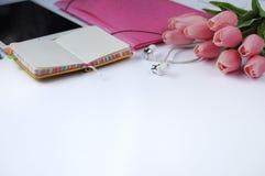 Studiemateriaal schaar en potloden op de achtergrond van kraftpapier-document kantoorbehoeften Aspecten van onderwijs Tablet, oms royalty-vrije stock foto