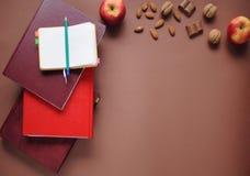 Studiemateriaal schaar en potloden op de achtergrond van kraftpapier-document kantoorbehoeften Aspecten van onderwijs Voedsel voo royalty-vrije stock foto's