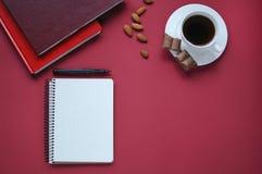 Studiemateriaal schaar en potloden op de achtergrond van kraftpapier-document kantoorbehoeften Aspecten van onderwijs Voedsel voo stock foto