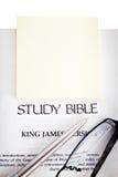 Studien-Bibel mit gelbem Notizblock Stockbilder