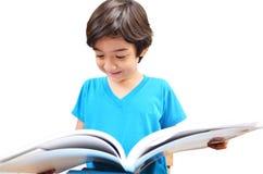 Studien- und Lesebuch des kleinen Jungen lizenzfreie stockfotos