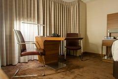 Studienraum mit Schreibtisch und Lehnsesseln Stockfotos