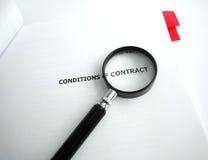 Studienvertragsbedingungen mit Vergrößerungsglas Lizenzfreie Stockbilder