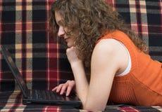 Studieren auf Couch Lizenzfreies Stockbild