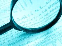 Studieren der Aktienpreise Stockfotos