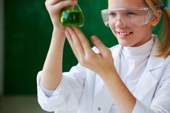 Studieren der chemischen Flüssigkeit Stockfoto