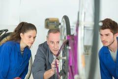 Studieren der Fahrradteile lizenzfreie stockbilder