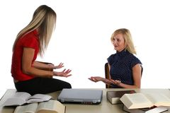Studieren der jungen Mädchen lizenzfreie stockbilder