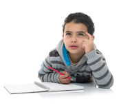 Studieren des Jungen, der für Antwort denkt Lizenzfreies Stockfoto