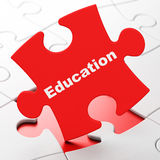 Studieren des Konzeptes: Bildung auf Puzzlespielhintergrund Lizenzfreie Stockfotografie