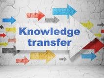 Studieren des Konzeptes: Pfeil mit Wissens-Übertragung auf Schmutzwandhintergrund Stockfotos