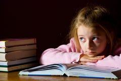 Studieren des Mädchens u. der Bücher Lizenzfreies Stockfoto