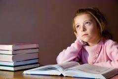 Studieren des Mädchens u. der Bücher Stockfotos