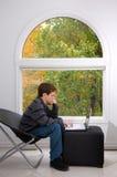 Studieren durch das Fenster Stockfotografie