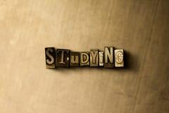 STUDIEREN - Nahaufnahme der grungy Weinlese setzte Wort auf Metallhintergrund Lizenzfreie Stockbilder