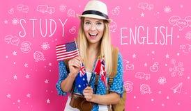 Studieren Sie englischen Text mit junger Frau mit Flaggen stockbilder