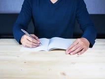 Studieren Sie und nehmen Sie Kenntnis über hölzerne Tabelle Stockbild