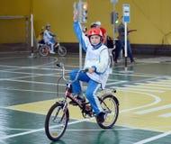 Studieren Sie Verkehrsregelungen im Kind-` s Dorf Lizenzfreies Stockfoto