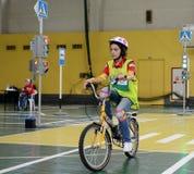 Studieren Sie Verkehrsregelungen im Kind-` s Dorf Stockfoto