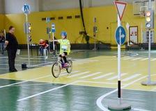 Studieren Sie Verkehrsregelungen im Kind-` s Dorf Stockfotografie