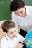 Studieren von Geographie mit Schullehrer Stockfotos