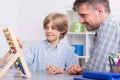 Studieren von Mathe mit Vater Lizenzfreie Stockbilder