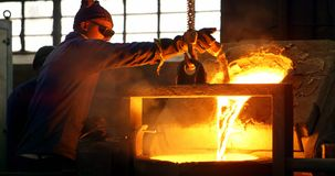 Studierender Boden der m?nnlichen Arbeitskraft auf gemausertem Metall in der Werkstatt 4k stock video