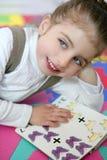 Studierendes Buch des schönen Vorschülermädchens lizenzfreies stockbild