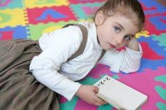 Studierendes Buch des schönen Vorschülermädchens lizenzfreies stockfoto