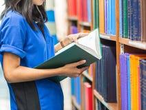 Studiert im Buch, um eine Forschung zu machen lizenzfreie stockbilder