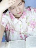 studies för bibelbrunettflicka Arkivfoton