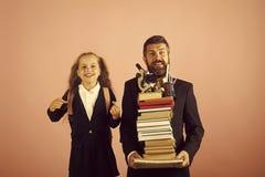 Studieseizoen Vader en schoolmeisje met gelukkige gezichten op roze achtergrond Stock Foto's
