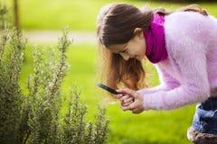 Studing biologi för barn Fotografering för Bildbyråer