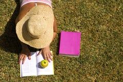 Studing en la hierba de la escuela Fotos de archivo
