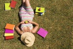Studing en la hierba de la escuela Foto de archivo libre de regalías