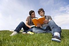 Studing in esterno Fotografie Stock Libere da Diritti