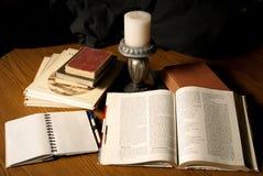Studing mit alten Büchern Lizenzfreies Stockfoto