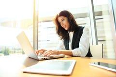 Studio énorme de grenier d'ordinateur portable d'utilisation de fille de hippie Étudiant Researching Process Work Jeune femme d'a image libre de droits