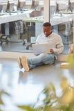 Studio africano dello studente con il computer portatile Fotografie Stock Libere da Diritti