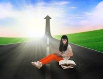 Studio asiatico dello studente sulla strada con il segno alto della freccia Fotografia Stock