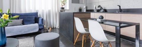 Studio avec la kitchenette photo libre de droits