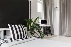 Studio avec un lit et un endroit à travailler photos libres de droits